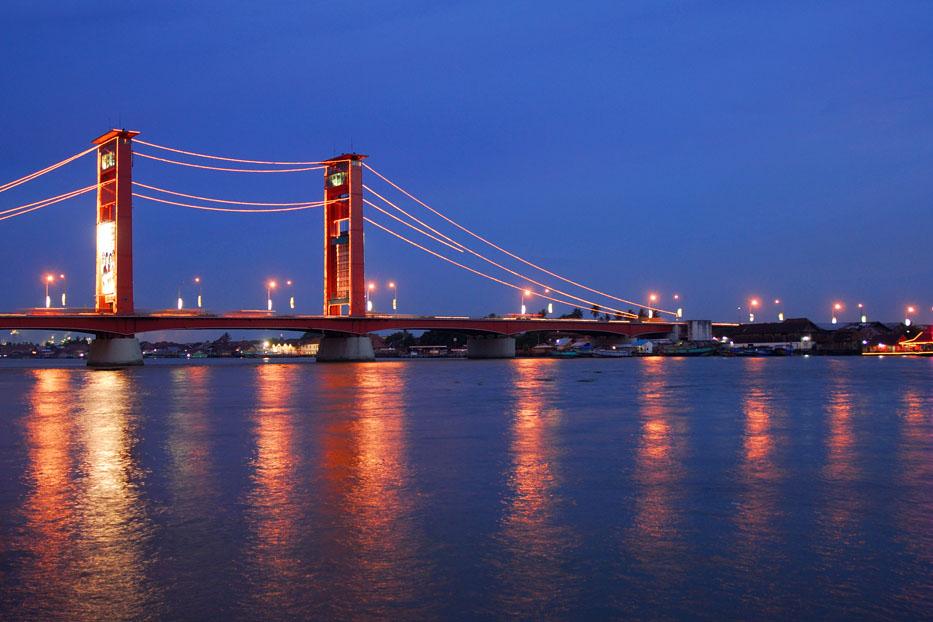 Jembatan Ampera di Sungai Musi Palembang