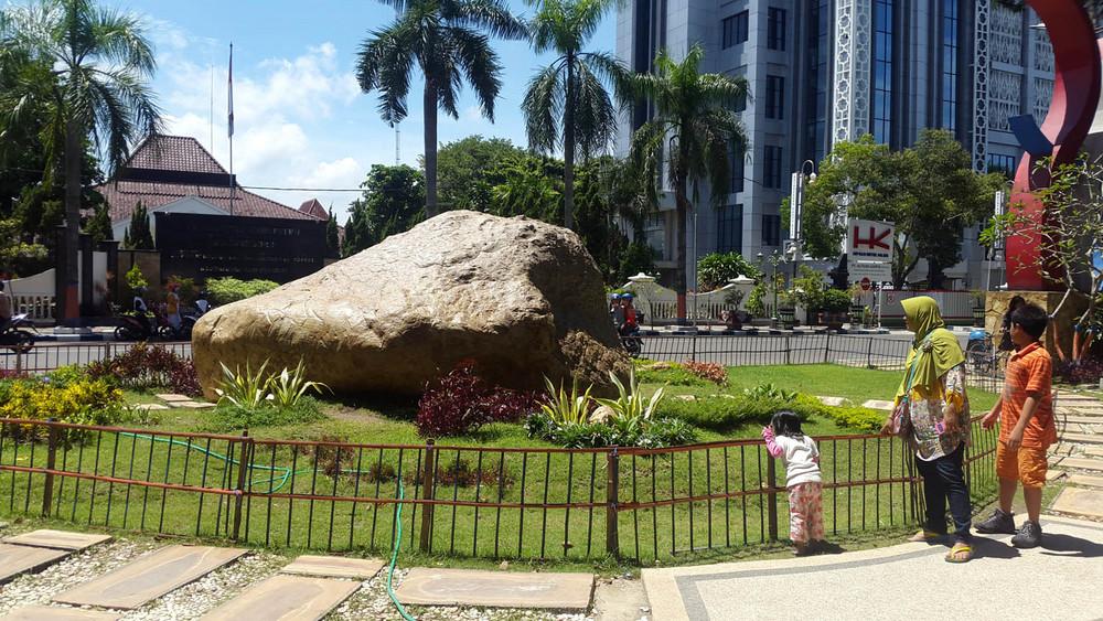 batu semar di alun alun bojonegoro