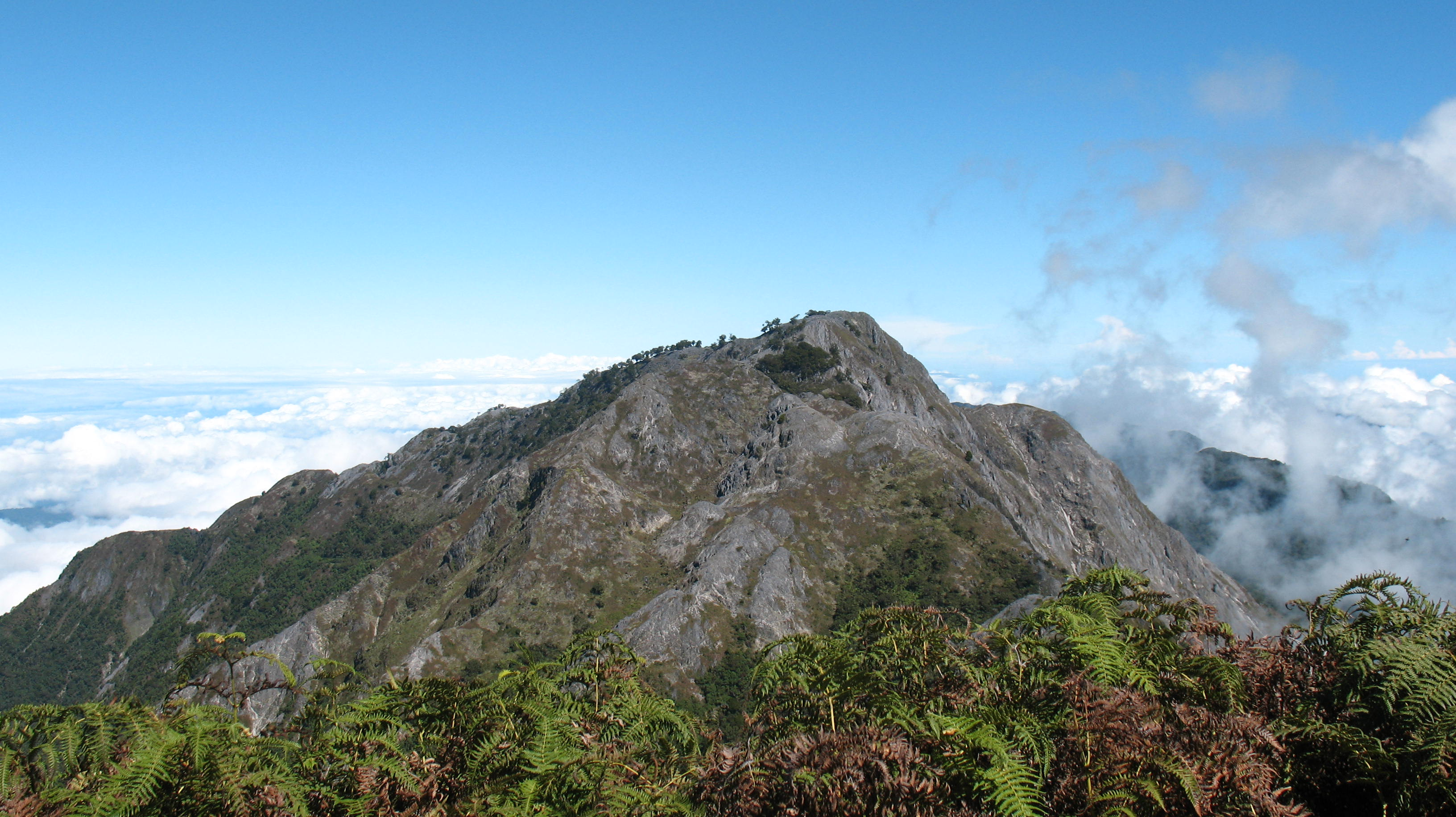 gunung binaiya maluku